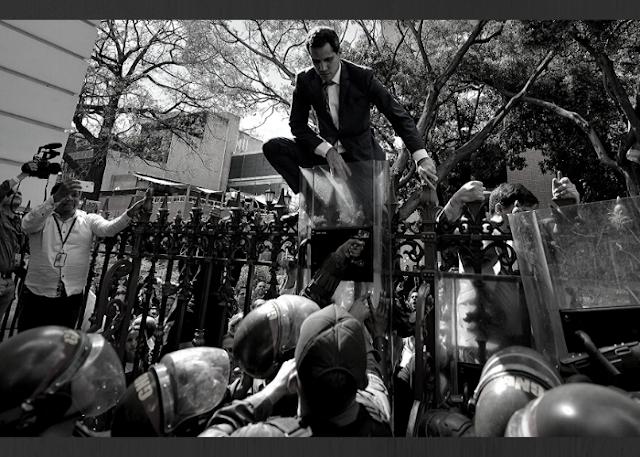 Demir Çitlerin Üstünde Bir Vekil: Juan Guaido