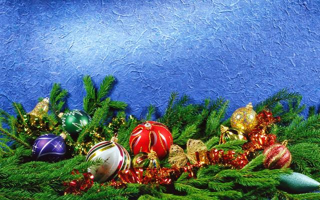 Kerstballen en rood gouden linten