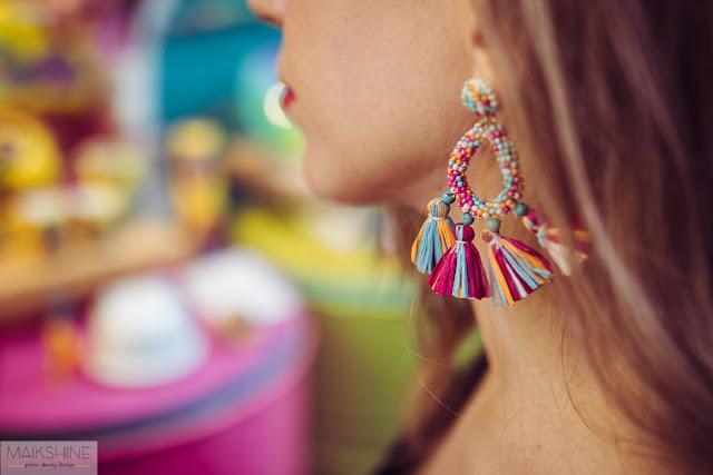 Detalles de pendientes de flecos multicolor