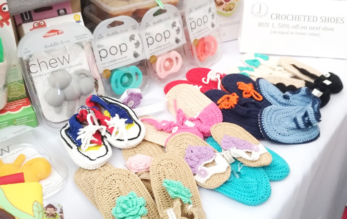 Storked Ph crocheted baby shoes.