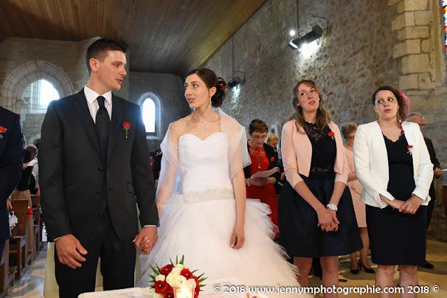 photo des mariés et leur témoins durant la cérémonie religieuse mariage