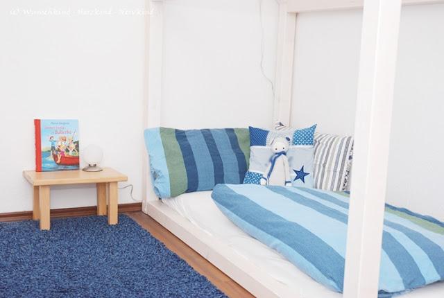Die vorbereitete Umgebung beinhaltet ein Kinderbett, in welches die Kinder selbstständig ein- und aussteigen können. Montessori hat hierfür das Floorbed, welches sich direkt mit einem Lattenrost und Matratze auf dem Boden befindet erfunden. Eine Abwandlung hiervon ist das Hausbett.