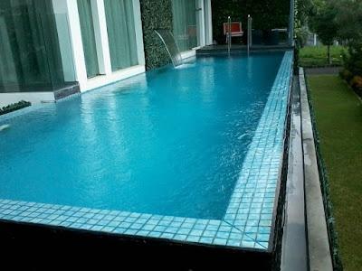ruang santai disamping kolam renang minimalis