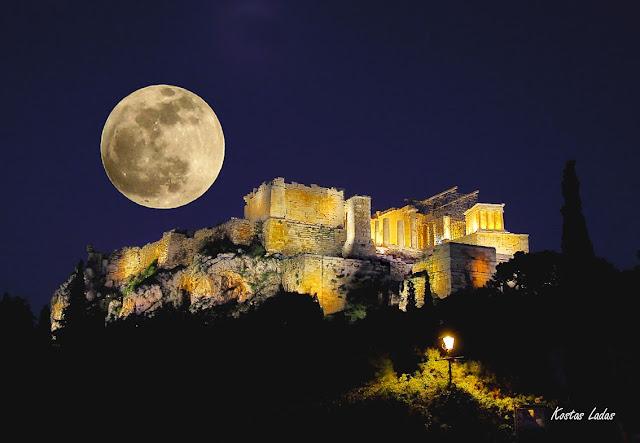 Νυχτερινή φωτογραφία της πανσεληνου πανω απο την Ακρόπολη- Κώστας Λαδάς