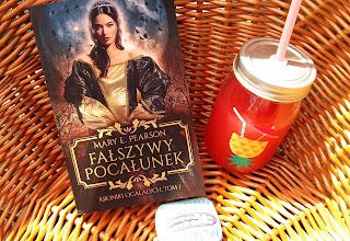"""W nowym świecie fantasy jedna dziewczyna może wiele, czyli recenzja """"Fałszywego pocałunku"""" Mary E. Pearson. Premiera!"""
