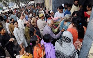 حیدرآباد: رقم کے حصول کیلئے عوام کی طویل قطاریں