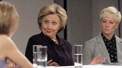 Hillary Clinton participa en una mesa redonda sobre igualdad salarial en Nueva York, EE.UU., el 12 de abril de 2016.Brendan McDermidReuters