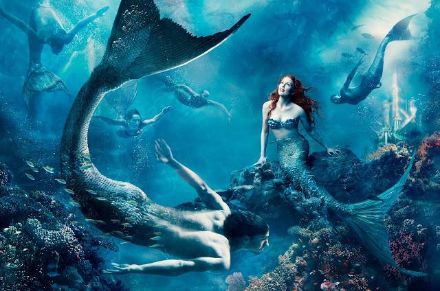 """A atriz Julianne Moore é Ariel e o nadador Michael Phelps é um """"sereio""""."""
