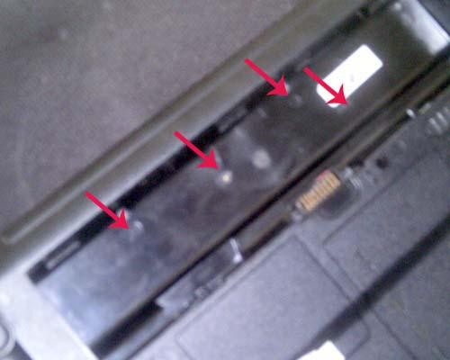 baut yang berada di belakang baterai laptop