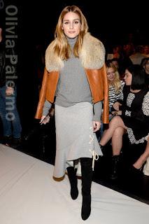 オリヴィア・パレルモ(Olivia Palermo)は、 ジョナサン シンカイ(Jonathan Simkhai)のジャケット&スカートを着用。