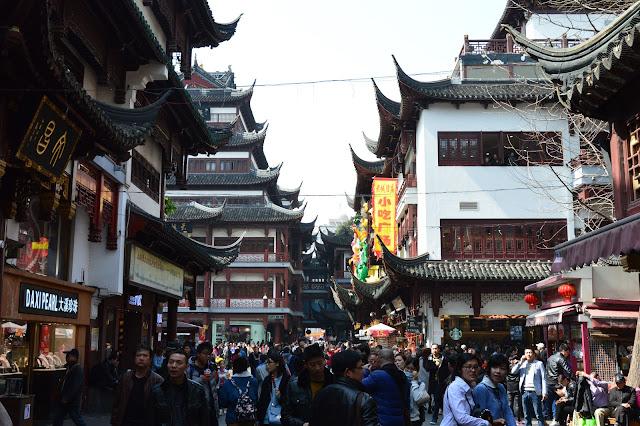 Les allées bondées du vieux quartier chinois de Shanghai