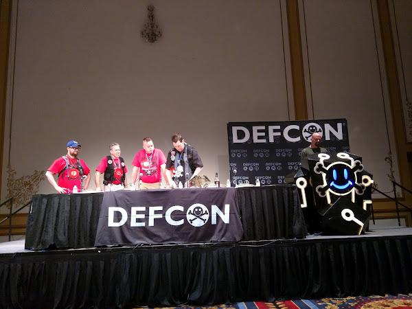 2015年在 DEFCON 報告的隊伍,Cory Doctorow 分享於 Flickr,CC by 2.0