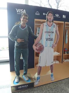Com atletas de basquete da seleção argentina no aeroporto