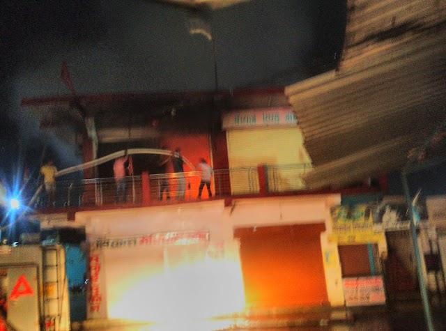Breking Jashpur- राधिका मार्ट में लगी भीषण आग,बस स्टैंड की घटना,दमकल मौके पर,आग बुझाने की कोशिश जारी