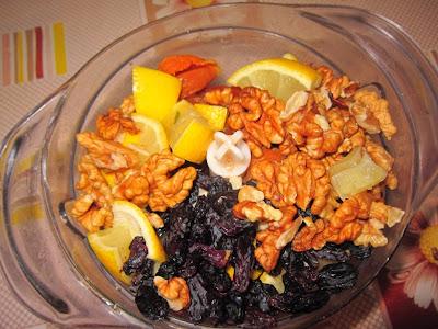 курага, изюм, чернослив, грецкие орехи, лимон в блендере