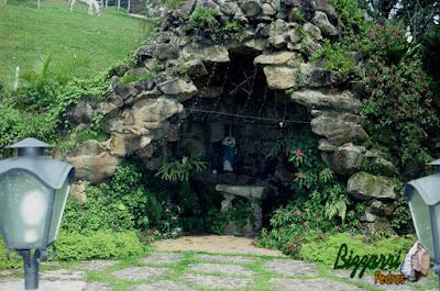 Construção de gruta de pedra, tipo pedra natural com o piso de pedra com pedra moledo tipo chapada.