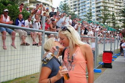Frauen mit Bier die sich küssen