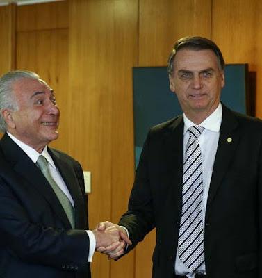 Temer e Bolsonaro cumprimentando-se