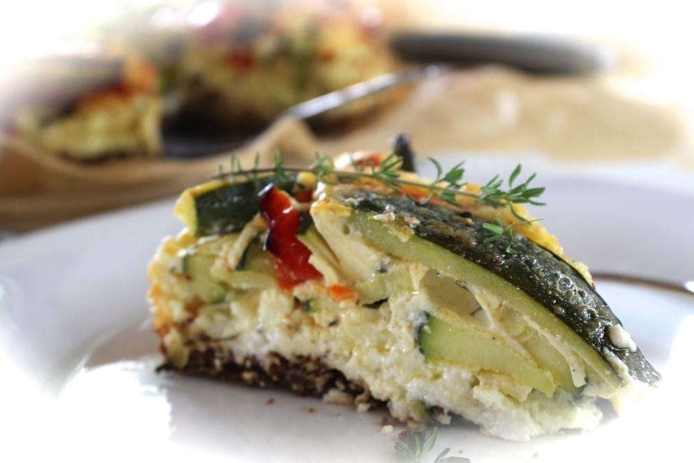 Herzhafter Cheesecake mit geröstetem Thymiangemüse und Feta