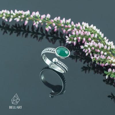 srebrny pierścionek ze szmaragdem