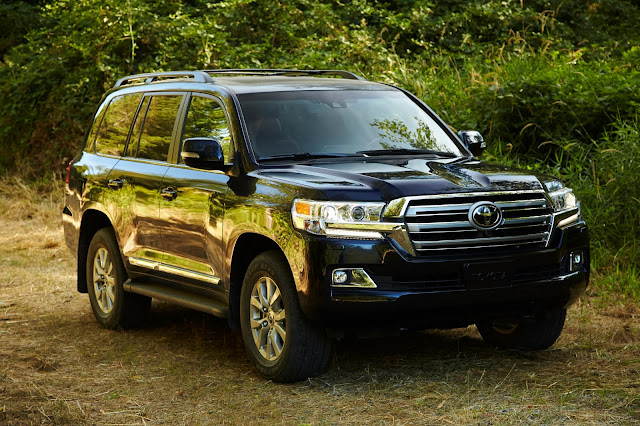 Front 3/4 view of the 2019 Toyota Land Cruiser