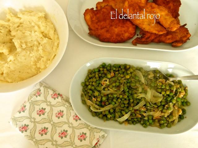 Menú nº 1.-  Filetes empanados de pollo, puré de patatas casero y guisantes encebollados