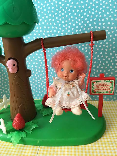 Boneca Moranguinho Nenê no balanço