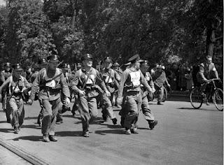 Drużyna policyjna z Nowogródka podczas marszu Sulejówek-Belweder 1935