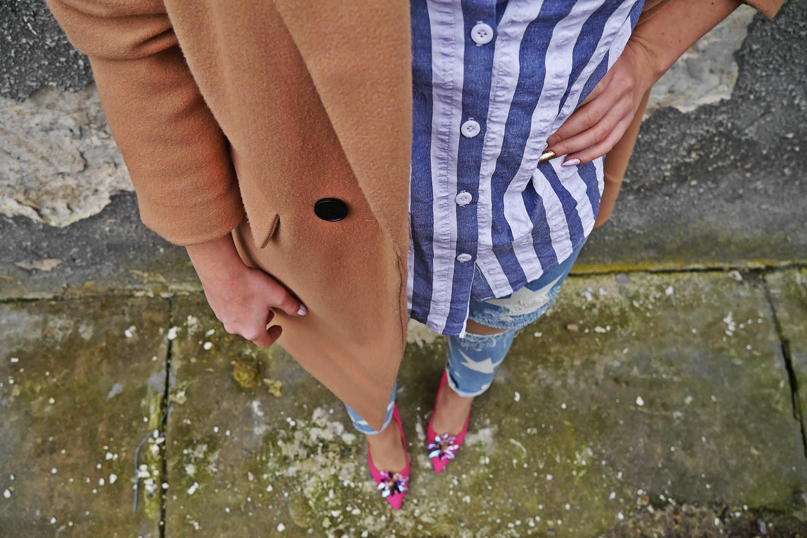 4_pink_heels_renee_baige_coat_stars_jeans_stripes_shirt_karyn_blog_modowy_040218a