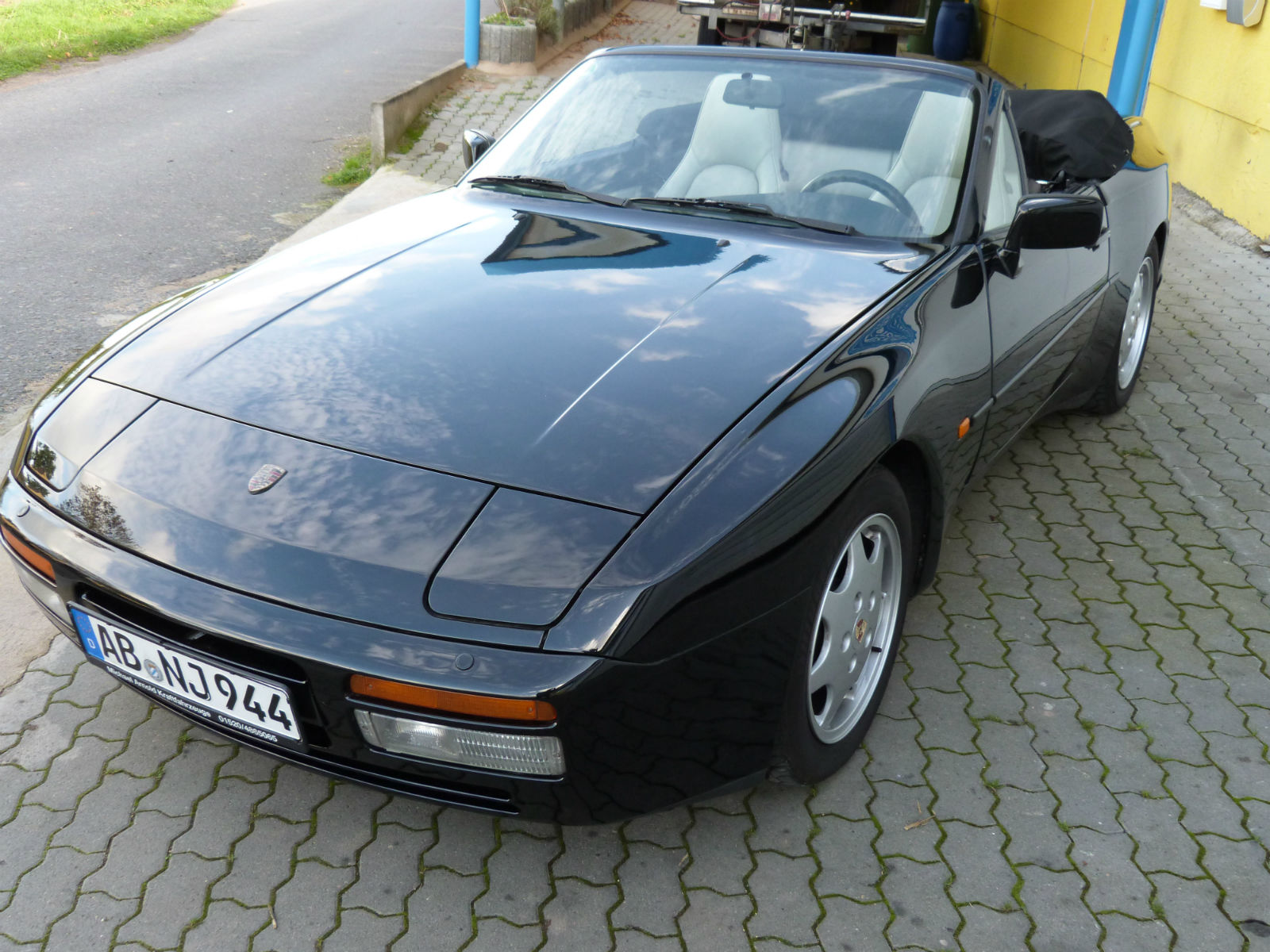 oldtimers and events in budapest porsche 944 s2 cabrio youngtimer beauty. Black Bedroom Furniture Sets. Home Design Ideas