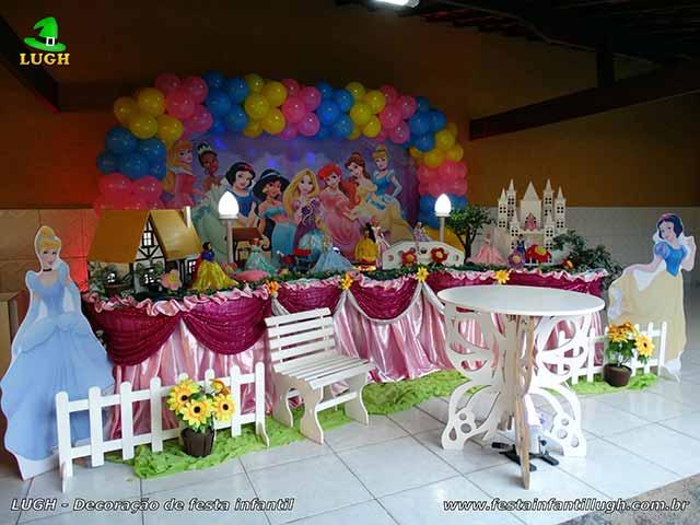 Mesa decorativa Princesas da Disney para festa de aniversário infantil