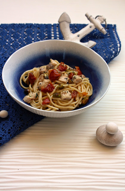 Spaghetti con pesce spada, pomodorini, pistacchi, alici