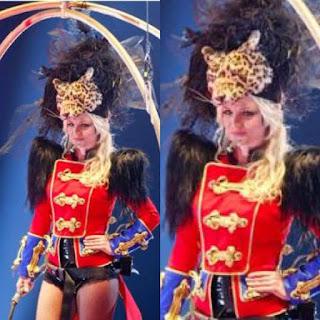 Britney emocionada no show de abertura da turnê do álbum Circus.