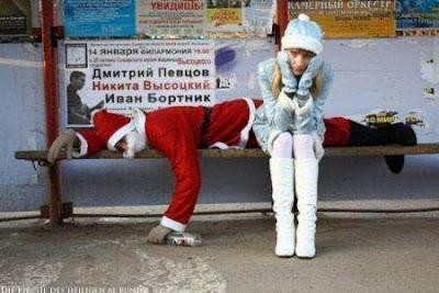 Besoffener Weihnachtsmann schläft auf Parkbank - komische Bilder