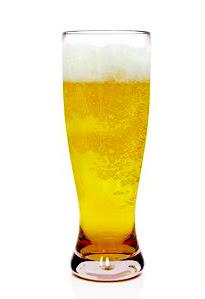 ¿Qué significan las burbujas de cerveza pegadas al vaso?