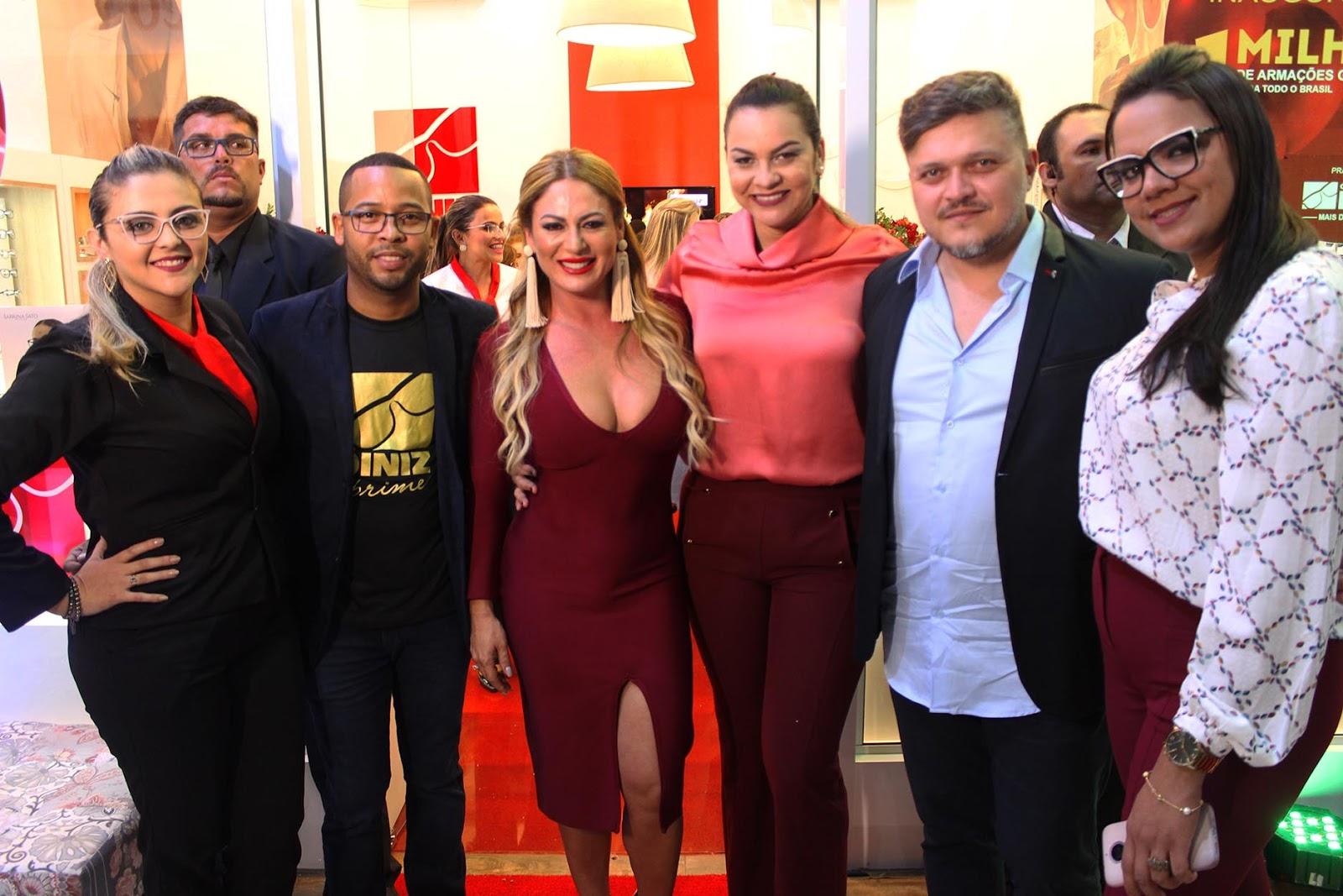 Alexsandra com sua equipe das Óticas Diniz. 33deb8b247