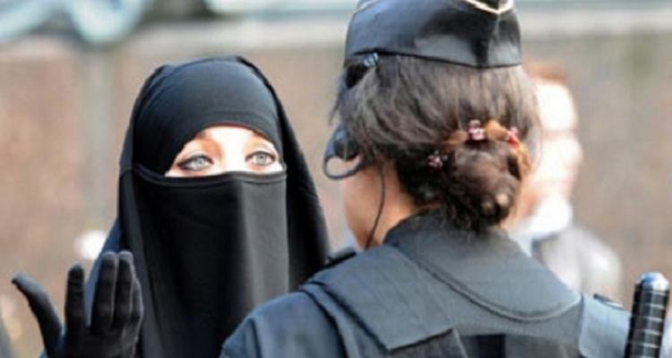 منقبة ذهبت للتسوق فهاجمتها فتاه فكشفت عن نقابها.. لتريها مفاجأة