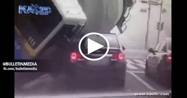 [VIDEO] Kemalangan Dahsyat Di Lampu Isyarat, Lori Simen Menghimpap Sebuah Kereta