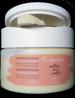 Manteiga Corporal Hidratante Nutrição Intensa Noz Pecã e Karité: Desodorante Ultra Hidratante para o Corpo e Áreas Ressecadas Natura Tododia Embalagem aberta, textura, amostra em uma espátula