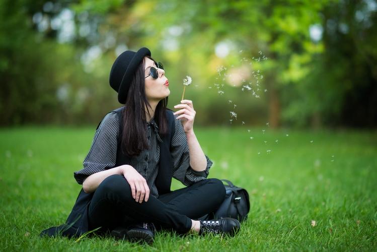 Koszula z wiązaniem | koszula wiązana pod szyją | stylizacja w stylu grunge | blog modowy | blogerka modowa | stylizacja z melonikiem, kamizelką i wiązaną koszulą | sesja w parku | Park Julianowski sesja zdjęciowa | okulary lenonki | dmuchawce