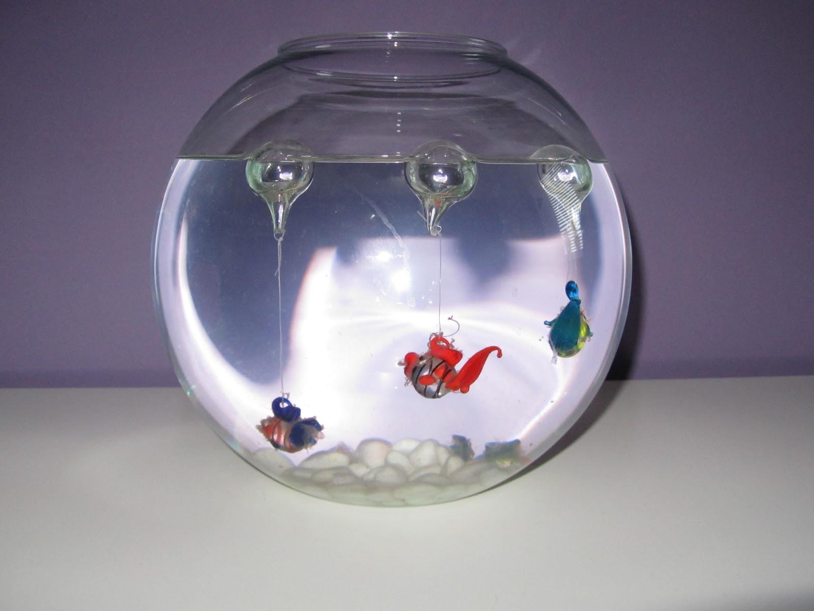lo mejor de esta pecera son los peces son de cristal no necesitan cuidados y son muy duraderos precio euro cada pez