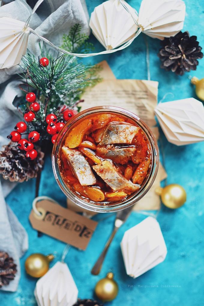 Śledź słodko ostry w klimacie arabskim z harrisą, za'atarem i morelą