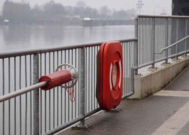 Einfach mal Fähre fahren: Mit dem Adler I von Kiel-Wik nach Holtenau und zurück. Der Anleger in Kiel in der Wik ist auch bei grauem Wetter malerisch.