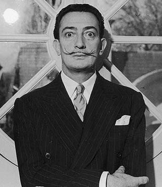 Foto de Salvador Dalí con terno y corbata