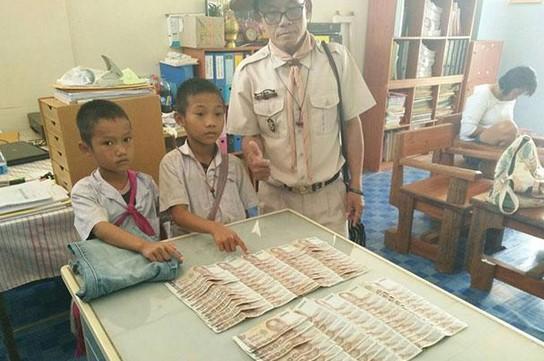 Temukan Uang Sebesar Rp 37 Juta, Dua Bocah Miskin Ini Kembalikan Uang Tersebut Ke Pemilik