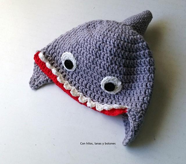 Con hilos, lanas y botones: gorro tiburón a crochet