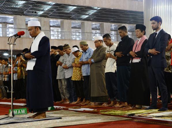 Gambar sholat berjamaah di masjid