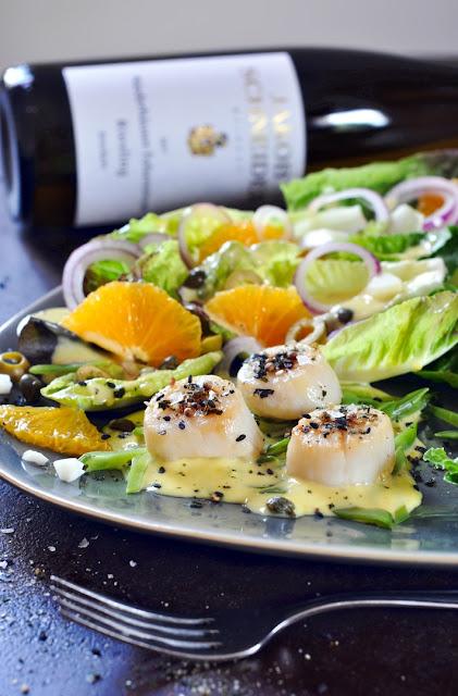 Sevilla-Salat mit Jakobsmuscheln und Riesling vom Weingut Jakob Schneider