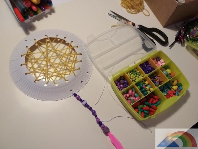 Fabricación de los abalorios con plumas para el atrapasueños