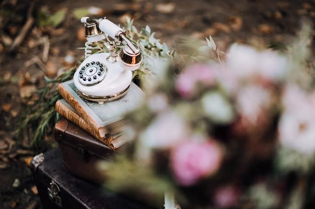 Zabytkowy telefon - Rekwizytornia&Company. Stylizowana sesja zdjęciowa Bridal Blog.